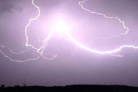 夜空を走る巨大な稲妻、閃光を放ちながら伸びていく様子が大迫力【動画】