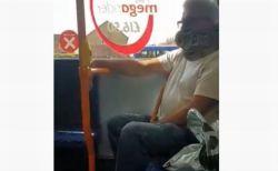 バスの車内で男性の首にヘビ、マスクの代わりに巻きつけていた!【動画】