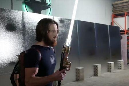 「リアル・ライトセーバー」か?ユーチューバーがそっくりな炎の剣を開発