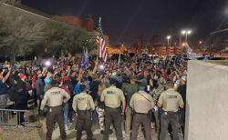 「票を数えろ!」「票を数えるな!」激戦州でトランプ支持者らが開票所に集結
