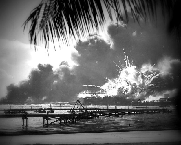 960px-USS_SHAW_exploding_Pearl_Harbor_Nara_80-G-16871_2