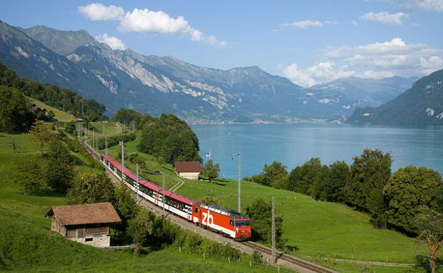 Zentralbahn Interregio train following the Lake Brienz shoreline, near Niederried. (Image source: Kabelleger / David Gubler via Wikimedia Commons)