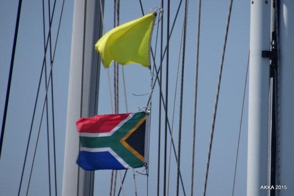 Warten auf den Zoo. Südafrikanische Flagge und die Flagge Q...