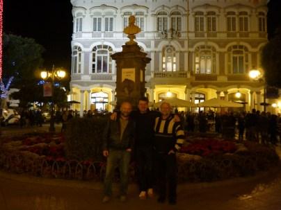 Charly, Axel und Daniel vor dem alten Rathaus