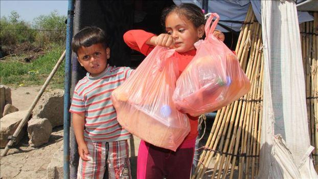 .jpg - أطباء ..يقومون بتوزيع طرودا غذائية على السوريين