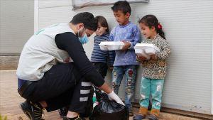 مساعدات رمضانية تركية لأيتام في إدلب السورية.
