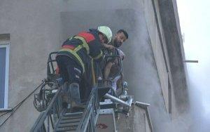 سكاريا … عائلتان سوريتان تنجوان من الموت بعد حريق في منزلهم
