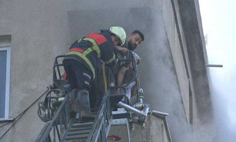 أثناء إجلاء العائلة من منزلهم الذي تعرض للحريق