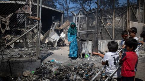 1599655376 8799901 3464 1951 6 381 - فرار الآلاف بعد اندلاع حريق في مخيم مكتظ باللاجئين في اليونان