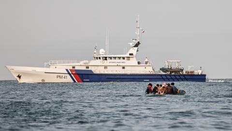 1600336500 8871965 5614 3161 40 622 - بدلاً من نجدتهم.. سفينة فرنسية تدفع بقارب لاجئين للمياه البريطانية