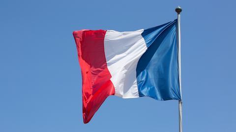 بعد رفض فرنسا.. إيطاليا تسمح لسفينة مهاجرين بالرسو بموانيها