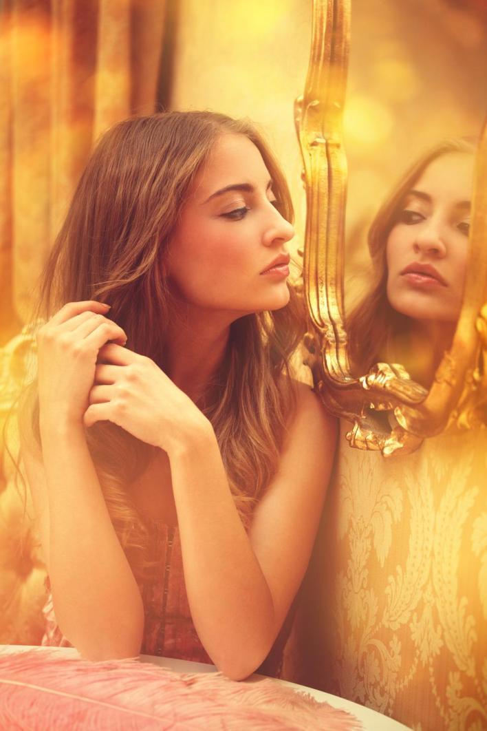 يُظهر المصاب بالنرجسية انشغالاً كبيراً بأوهام النجاح اللامحدود أو القوة أو التألق أو الجمال أو الحب المثالي