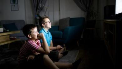 صورة التلفاز.. كيف يكون أداة بناء لا هدم للأطفال؟