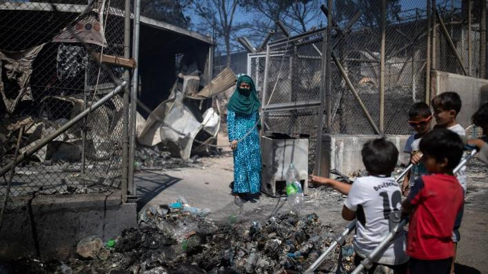 آلاف المهاجرين يفرون من مخيم مكتظ باللاجئين في اليونان بسبب اندلاع حرائق داخله