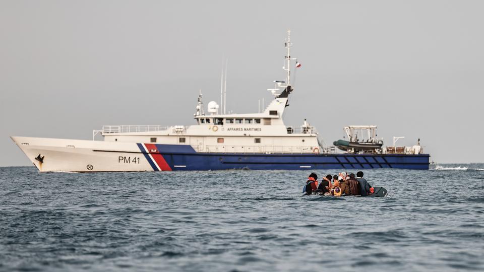 سفينة فرنسية تدفع بقارب لاجئين للمياه البريطانيةفي بحر المانش