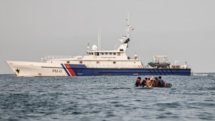 8871965 5614 3161 40 622 - بدلاً من نجدتهم.. سفينة فرنسية تدفع بقارب لاجئين للمياه البريطانية