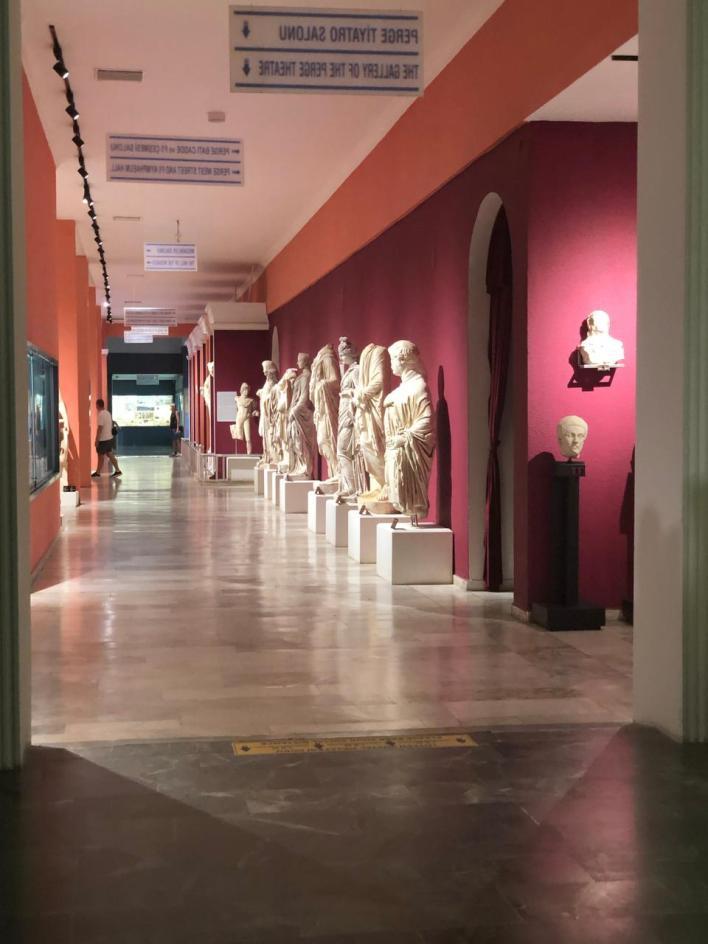 قاعة عرض من ثلاثة عشر صالة يضمّها متحف أنطاليا وتحوي تماثيل وهياكل ومجسمات من الحضارتين الرومانية والبيزنطية