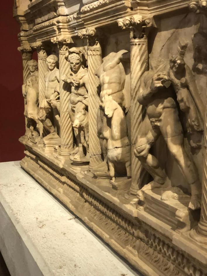 التابوت سيدامارا من بيرج في القرن الثاني الميلادي مع نقوش تظهر العمال الإثني عشر لهرقليس