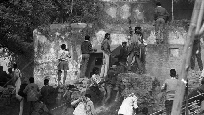 في 6 ديسمبر/كانون الأول 1992، هدم متشددون هندوس مسجد بابري التاريخي بمدينة فايز أباد بولاية أتربرديش الهندية