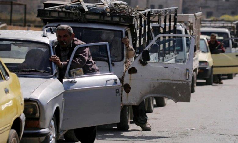 مواقع التواصل - بعد وصول ناقلة نفط من إيران.. صورة متداولة لسوريين ينامون في الطرقات انتظاراً للوقود