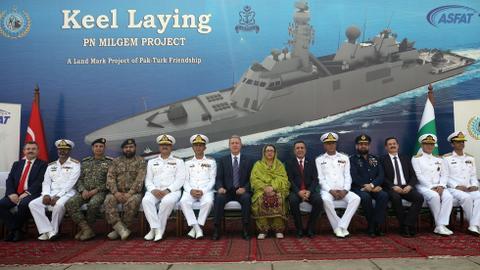 1603630405 9354595 980 552 21 2 - وزير الدفاع التركي يشارك في مراسم وضع طراد تركي بمزلقة السفن في باكستان