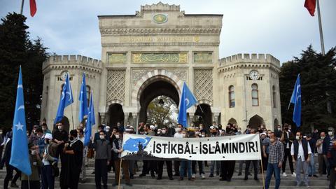 1603640673 9356343 5940 3345 55 5 - مظاهرة في إسطنبول تنديداً بنشر رسوم مسيئة للنبي في فرنسا