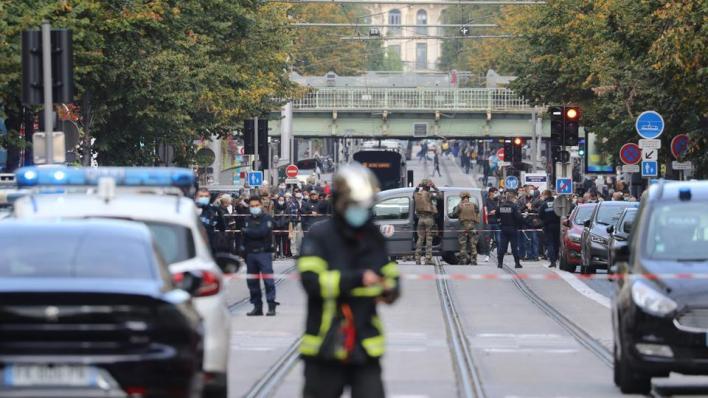 أشارت الشرطة إلى أنه جرى اعتقال منفذ الهجوم وخاضع للاستجواب