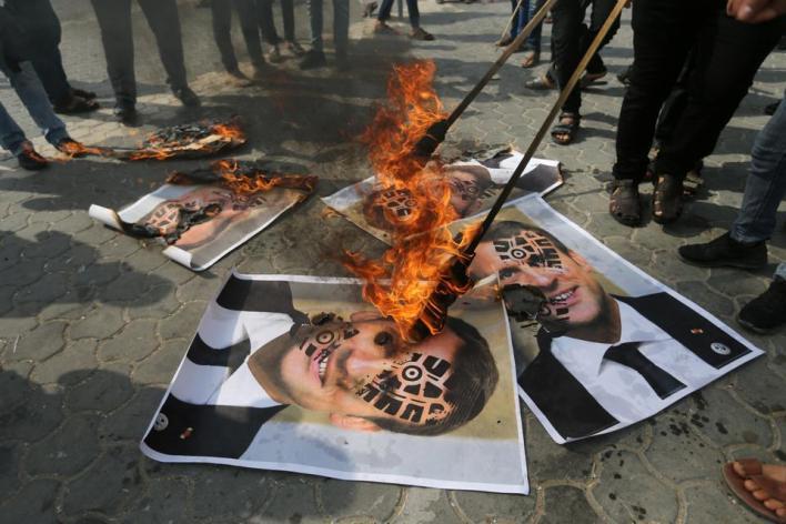 أحرق آلاف المتظاهرين الفلسطينين بإحدى مظاهرات الضفة علم فرنسا ومجسماً لماكرون