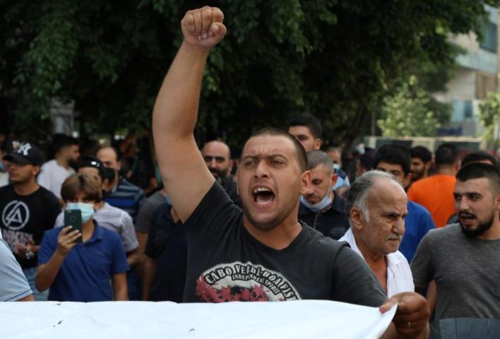 اتجه المتظاهرون في لبنان إلى السفارة الفرنسية وأحرقوا العلم الفرنسي بمحيط إقامة سفير باريس