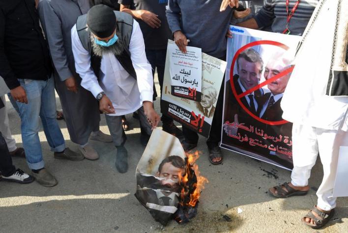 أدان المتظاهرون في ليبيا تصريحات ماكرون بأن فرنسا لن تتخلى عن الرسوم الكاريكاتيرية المسيئة للنبي محمد.