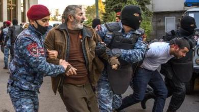 صورة الهزيمة في قره باغ تشعل احتجاجات عنيفة بأرمينيا وخلافات تطيح بوزير الخارجية