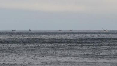 صورة شاهد.. الأمن اليوناني يعترض طالبي لجوء ويتركهم بعرض البحر