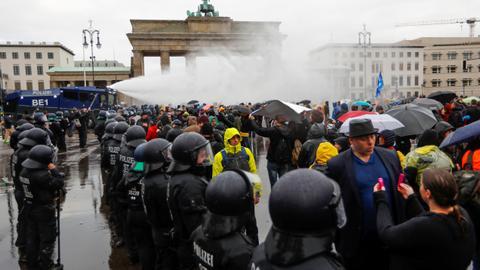 1605713750 9569603 5084 2863 25 280 - ألمانيا.. اشتباكات بين الشرطة ومحتجين غاضبين من قيود كورونا في برلين