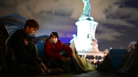1606209242 9613010 4678 2634 4 576 - مئات بلا مأوى بعد تفكيك الشرطة الفرنسية مخيماً للاجئين بقنابل الغاز
