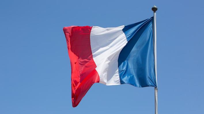 السفارة الفرنسية في الإمارات تدعو رعاياها إلى توخي أقصى درجات الحذر