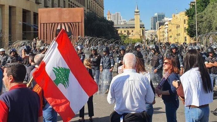 مئات اللبنانيين يعتصمون أمام عدد من المؤسسات المصرفية تنديداً بسياسات البنوك في التعامل مع الأزمة المالية في البلاد