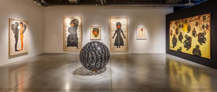 يركّز المعرض على أعمال لم تُعرض من قبل، منها أعمال رقمية. ويضم المعرضأيضاً أكثر من مئة قطعة