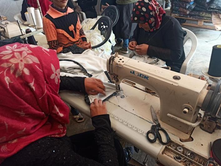 نساء إدلب يتعلمن مهنة الخياطة لعول أسرهن