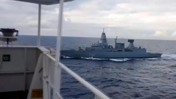 سفينة عسكرية ألمانية وقَّفت السفينة التركية وفتَّشتها ولم تعثر على أية محتويات فيها غير المساعدات الإنسانية