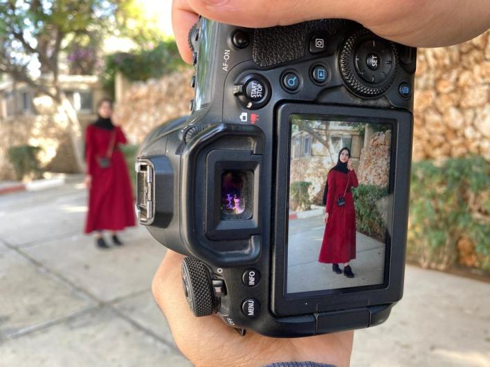 هاني البطنيجي أثناء تصوير عارضة الأزياء سندس العجلة