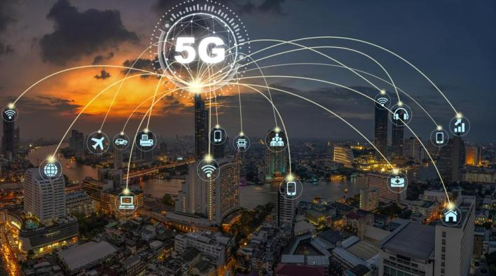 يمتاز الجيل الخامس من أنظمة اتصالات شبكة الأنترنت بسرعة نقل بياناتهائلة وموثوقية عالية جداً، إضافة إلى سعة نطاقها الترددي