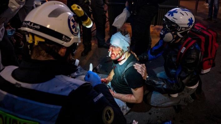 فرق الإنقاذ تحيط بالمصور السوري أمير الحلبي بعد اعتداء الشرطة الفرنسية عليه خلال تغطيته مظاهرات باريس