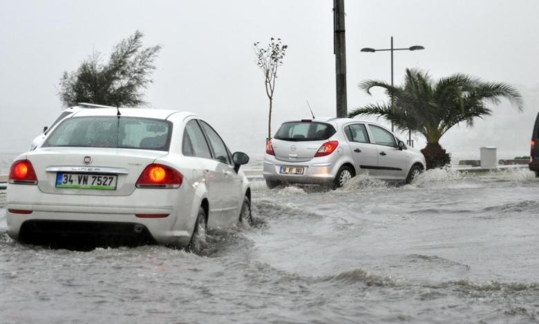 aa picture 20151024 6613238 web 0 - بالصور و الفيديو أمطار غزيرة في إزمير تتسبب بالفيضانات والسيول