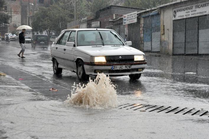aa picture 20151024 6613242 web - بالصور و الفيديو أمطار غزيرة في إزمير تتسبب بالفيضانات والسيول