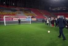 صورة بالفيديو.. أردوغان يفتتح ملعب كرة قدم بركلة جزاء