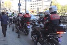 صورة شاهد بالفيديو.. الشـ.ـرطة التـ.ـركية تلـ.ـقي القبـ.ـض على مواطن تركي اقتـ.ـحم فـ.ـرع بنك في إسطنبول