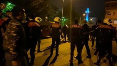 صورة شاهد بالفيديو.. شجار عنـ.ـيف بين 100 رجل في شوارع بورصة والشرطة تجـ.ـبر على إطـ.ـلاق الـ.ـنار لتفريـ.ـقهم