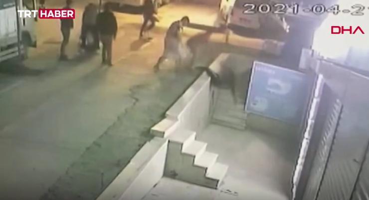 bb8b05e5 a744 402c aa45 7e30135efc81 WK9J5 - شاهد بالفيديو.. الشرطة التركية تقوم بترحـ.ـيل أربع أجانب لهذا السبب