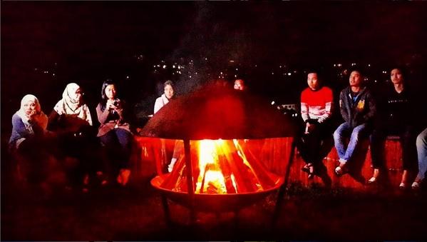 Mencari Kehangatan di Api Unggun (foto IG @harrismaul)