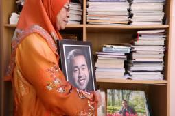 MUAR 15 JULAI 2016. Junaidah Basiron memeluk gambar terakhir anaknya allahyarham Mohd Ali Md Salim di rumahnya di Kampung Jayor, Pagoh. Foto Syarafiq Abd Samad